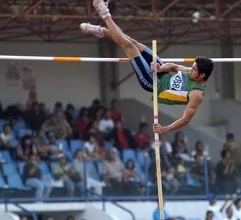 Atlet Lompat Galah
